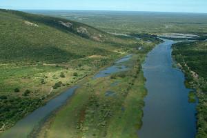 O Rio Grande corta a serra e segue ao seu encontro com o São Francisco. Foto Margi Moss