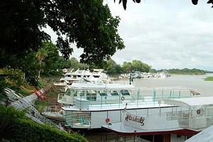 Barcos no rio Paraguai, no centro de Cáceres, MT
