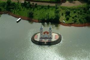 As torres da igreja de Itá, cidade submersa na represa de Itá. SC