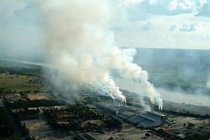 A fumaça das fábricas cobre Pirapora. Foto: Margi Moss