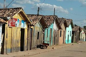 Casas típicas, de madeira, dos bairros de Marabá que ficam inundadas durante as enchentes