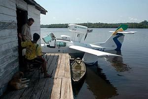 Visita ao morador de um flutuante no Lago do Copaco