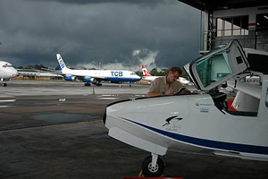 O Talha-mar está são e salvo no hangar da Rico, em Manaus. Lá fora, a tempestadade de chuva escurece o céu