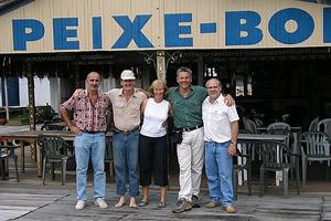Joël Donnet, Gérard, Margi, Nicolas Reynard e Paulo Miranda Correia após o almoço no flutuante Peixe-Boi