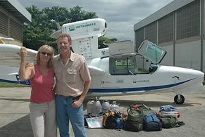 Margi, Gerard e toda a bagagem, desembarcando do Talha-mar no Rio de Janeiro