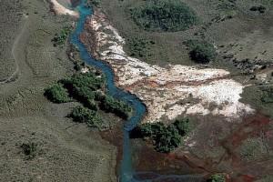 Águas do Araguaia perto da nascente, e a terra erodida de uma voçoroca - Foto: Margi Moss