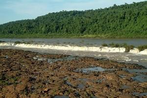 O quilométrico Salto do Yacumã no rio Uruguai (RS) - Foto: Margi Moss