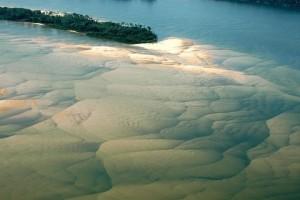 O rio Tapajós com suas águas azuis e bancos de areia - Foto: Margi Moss