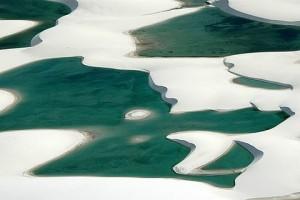 Piscinas azuis dos Lençóis Maranhenses - Foto: Margi Moss