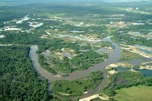 A ação dos garimpos nas margens do rio Peixoto de Azevedo, MT - Foto: Margi Moss