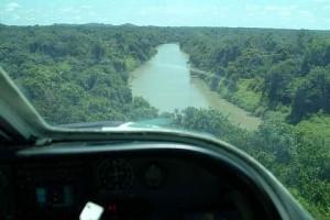 11/11/2003 - Aproximação para coleta no rio Iriri Novo, PA - Foto: Margi Moss