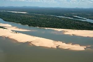 Em julho, aparecem as praias e as águas do Araguaia são claras. Foto: Margi Moss