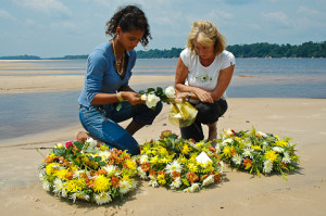 Maria e Margi preparam as coroas, para serem lançadas no Rio Negro.