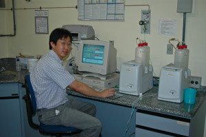 Dr. Donato Seiji Abe no laboratório IEE.