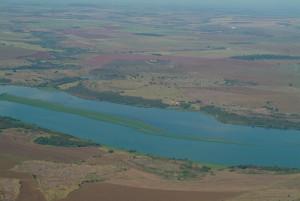 O rio Parnaíba atravessa a paisagem da estiagem invernal. Foto Margi Moss